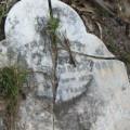 Разбитый надгробный камень .jpg